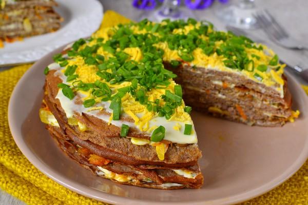Печеночный торт с луком и морковью