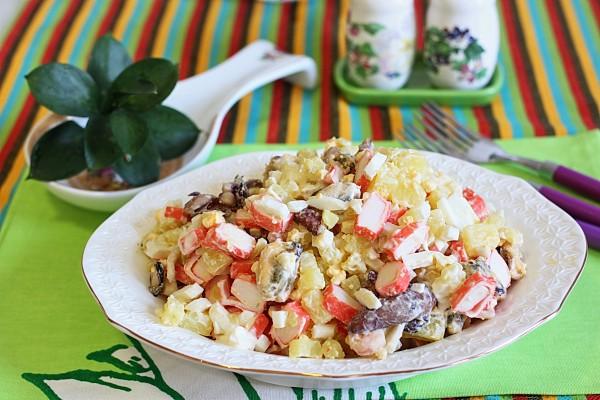 Салат с крабовыми палочками и морским коктейлем