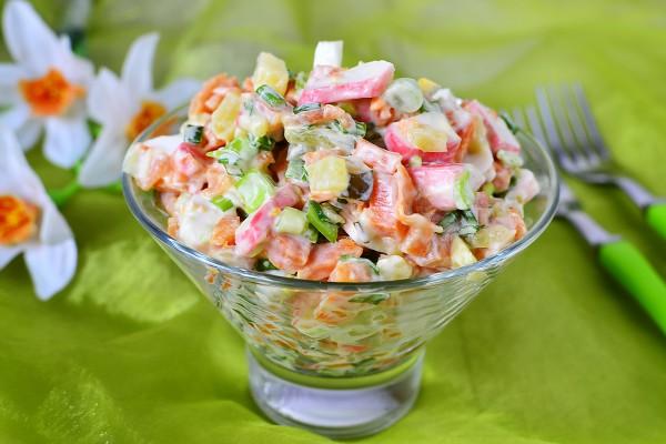 Салат с крабовыми палочками, яйцом и картошкой