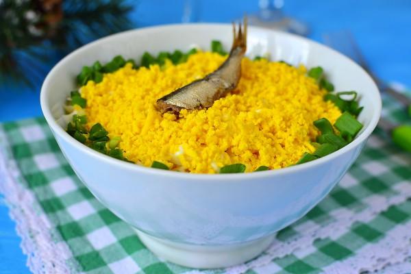 Слоеный салат со шпротами и горошком
