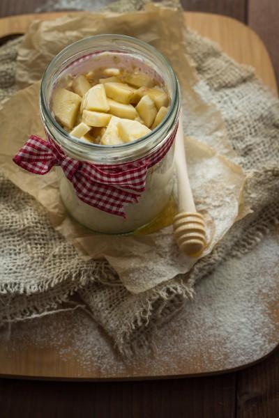 Ленивая овсянка в банке с бананом и мёдом