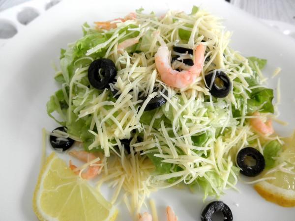 Салат с креветками и маслинами