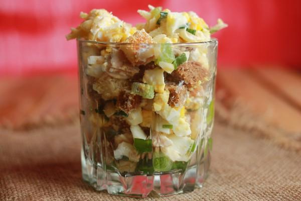 Салат с курицей, сыром и яйцом