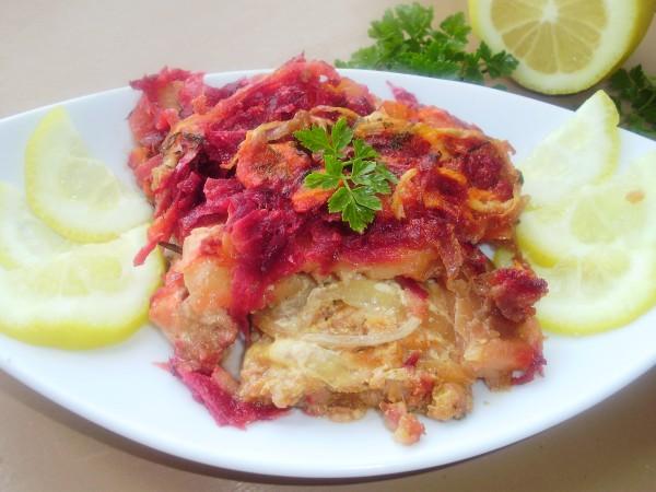 Филе хека, запеченное с овощами в сметанно-томатном соусе