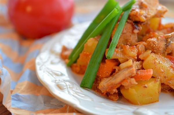 Свинина, тушенная с картофелем в мультиварке