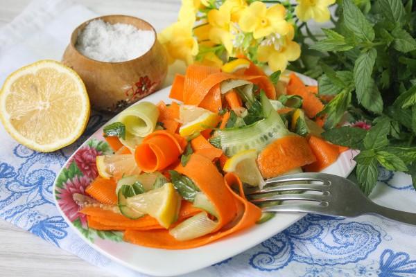 Овощной салат с лимоном, морковью и мятой