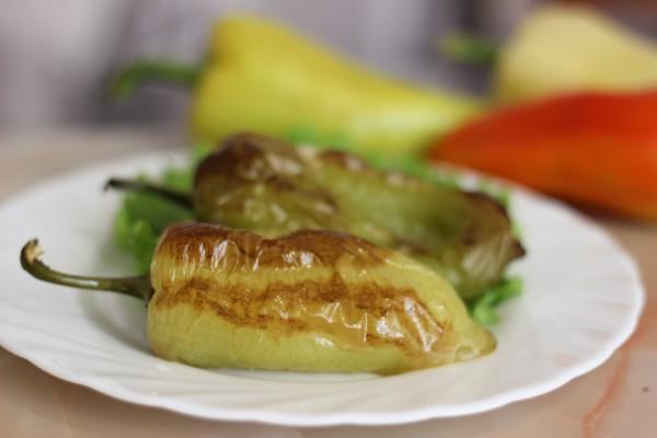Перец, запеченный в духовке целиком