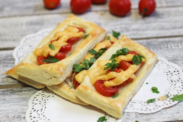 Слойки с сыром и помидорами