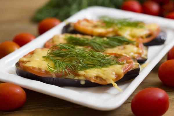 Баклажаны с помидором и сыром в духовке