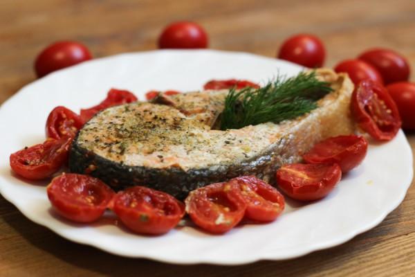 Кижуч  в духовке с помидорами черри