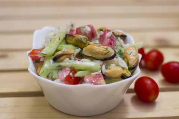 Салат с мидиями и помидорами