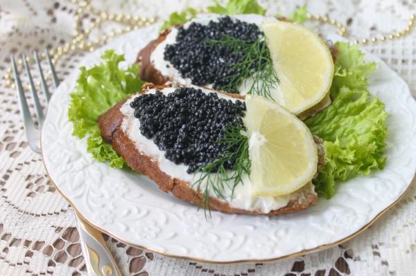 Бутерброды с черной икрой с лимоном