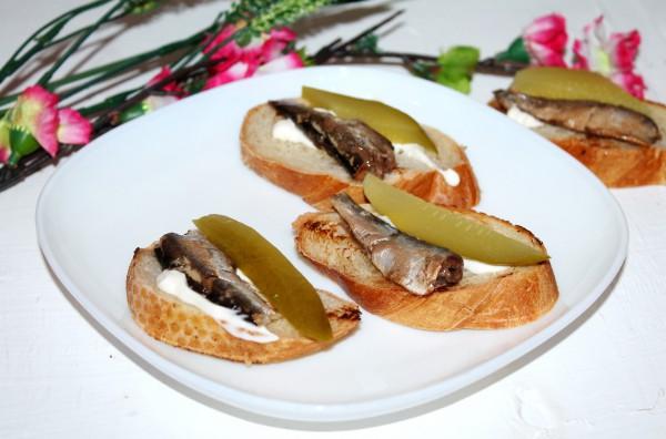 Бутерброды со шпротами и маринованными огурцами