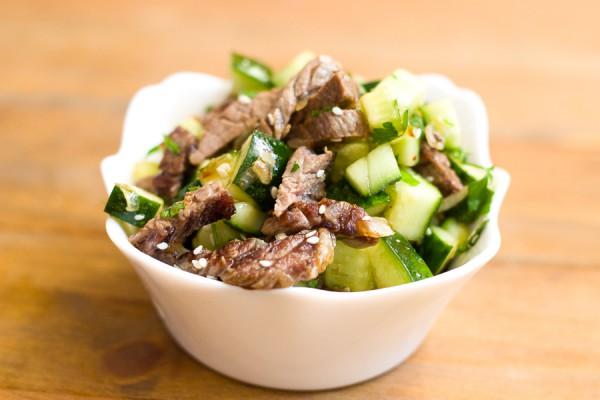 Салат из говядины с огурцом и соевым соусом