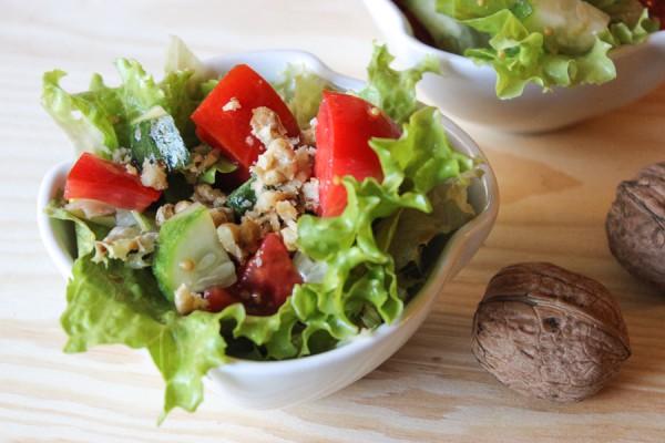 Салат с грецкими орехами, огурцом и помидором