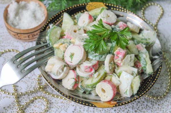 Салат с крабовыми палочками, огурцом и яйцом