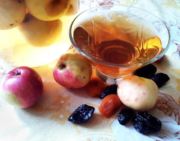 Яблочный компот с курагой и черносливом на зиму
