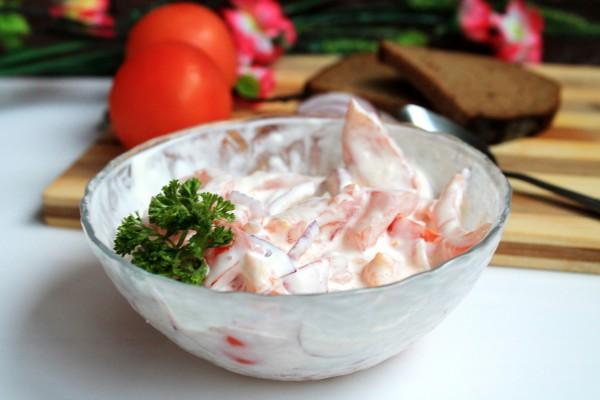 Салат из свежих помидоров и красного лука со сметаной за 5 минут