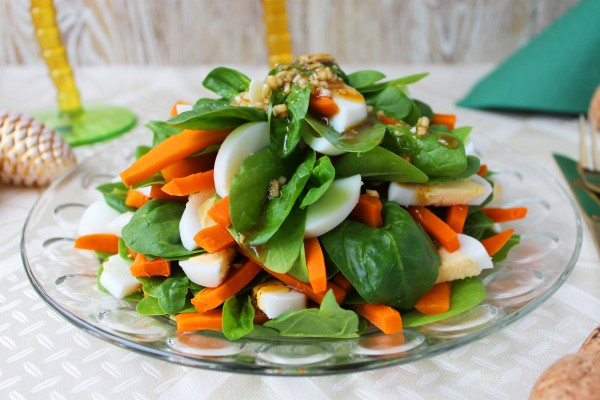 Салат со шпинатом и яйцами