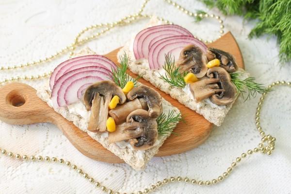 Бутерброды с маринованными грибами