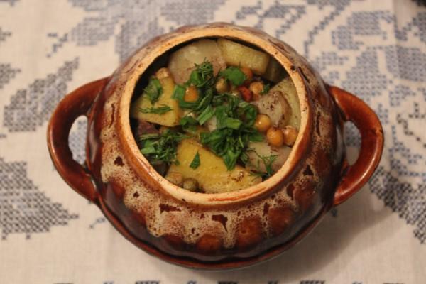 Говядина с картофелем и зеленым горошком в горшочках