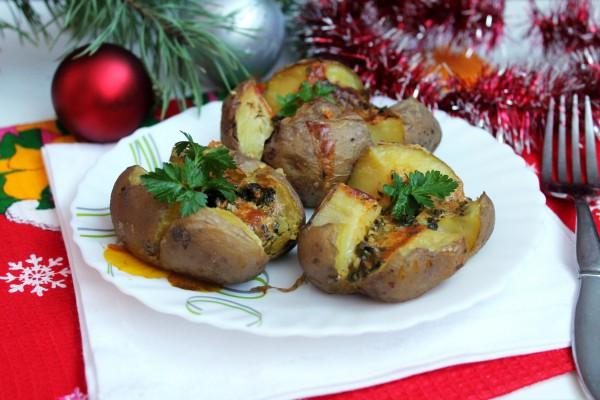 Картофель в мундире с сыром, сметаной и чесноком
