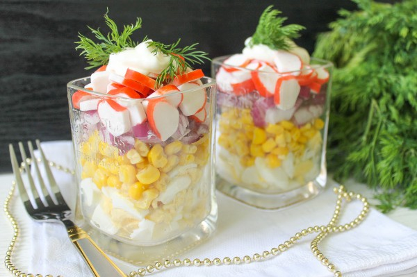Салат с крабовыми палочками и красным луком