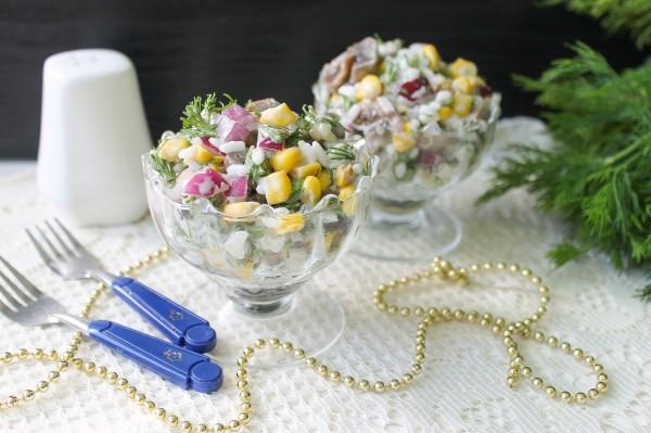 Салат с маринованными грибами, рисом и кукурузой