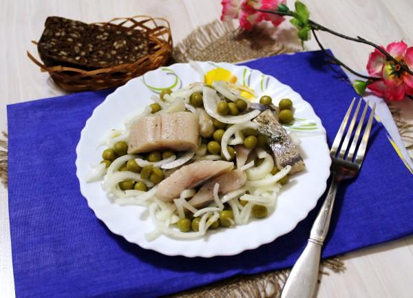Салат с селедкой, маринованным луком и горошком