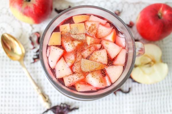 Чай каркаде с яблоком и корицей