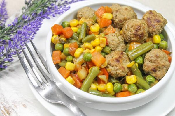 Фрикадельки с тушеными овощами