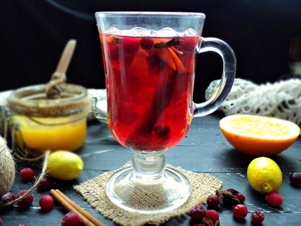 Клюквенно-малиновый чай с пряностями и травами