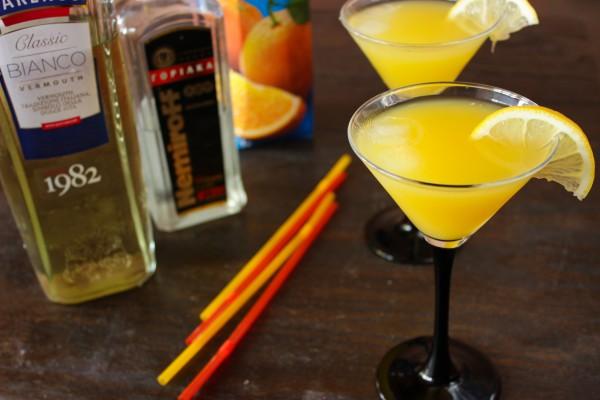 Коктейль Наслаждение с мартини, водкой и соком