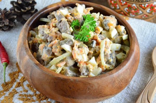 Салат с печенью, шампиньонами и морковью