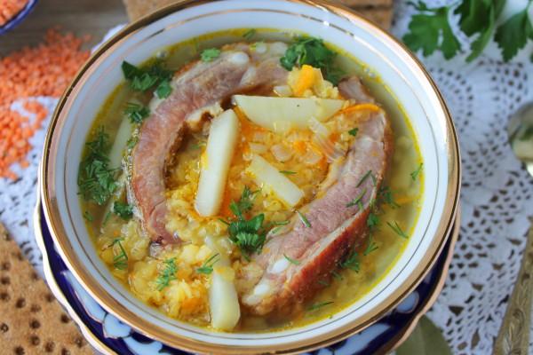 Суп из чечевицы с копчеными ребрышками