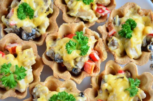 Тарталетки с курицей и грибами под сырной корочкой
