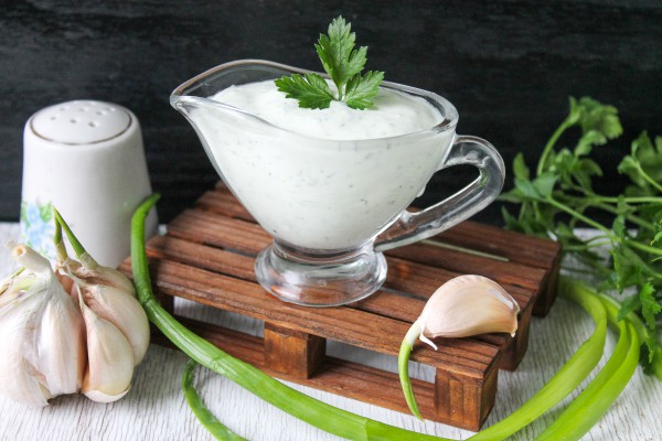 Творожный соус с зеленью и чесноком