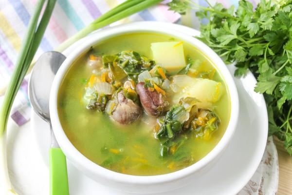 Зеленый суп с яйцом и куриными сердечками