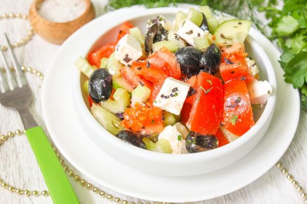 Греческий салат с сельдереем