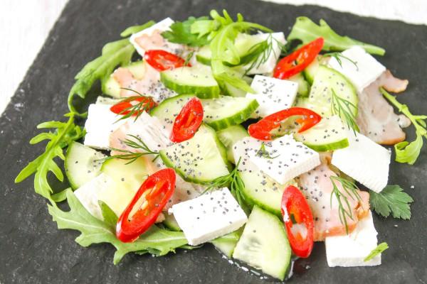 Салат со свежими огурцами, ветчиной, сыром Фета и острым перцем