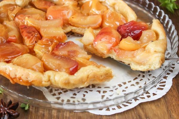 Открытый пирог с яблоками из песочного теста