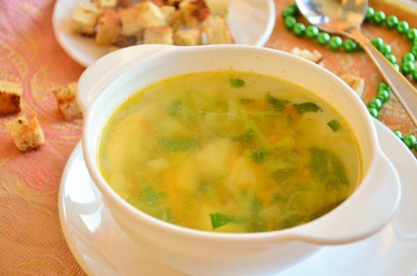 Зеленый суп со шпинатом, луком-пореем и розмарином