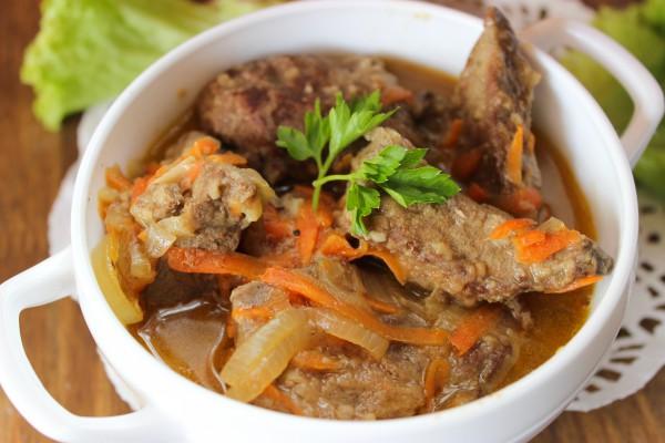 Говяжья печень тушенная с луком и морковью