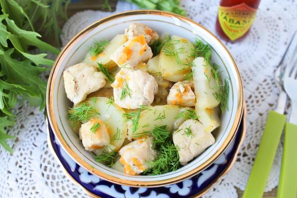 Молодой картофель с курицей на сковороде
