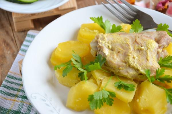Картофель с куриными бедрышками в сметанно-чесночном соусе