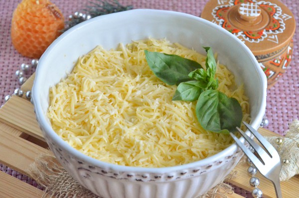 Печеночный салат с сыром и яйцом