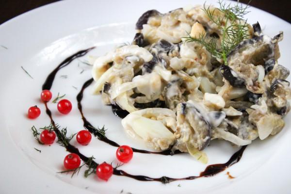 Салат из баклажанов с яйцом и луком