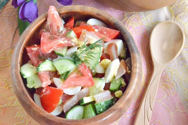 Салат с овощами, перепелиными яйцами и вяленым мясом