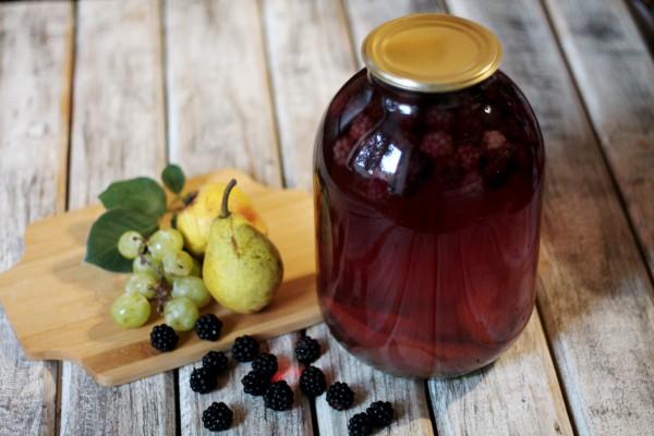 Компот из винограда, груши и ежевики на зиму