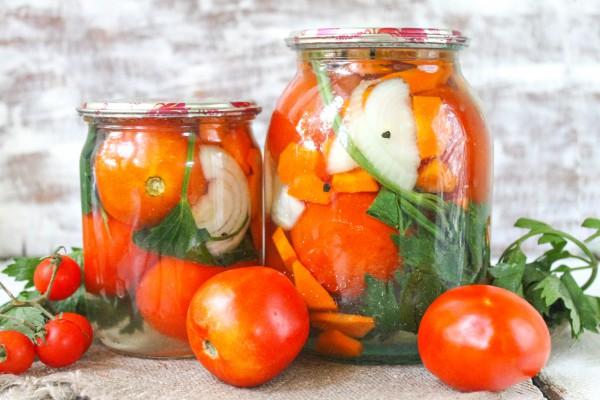 Маринованные помидоры с морковью и луком на зиму без стерилизации